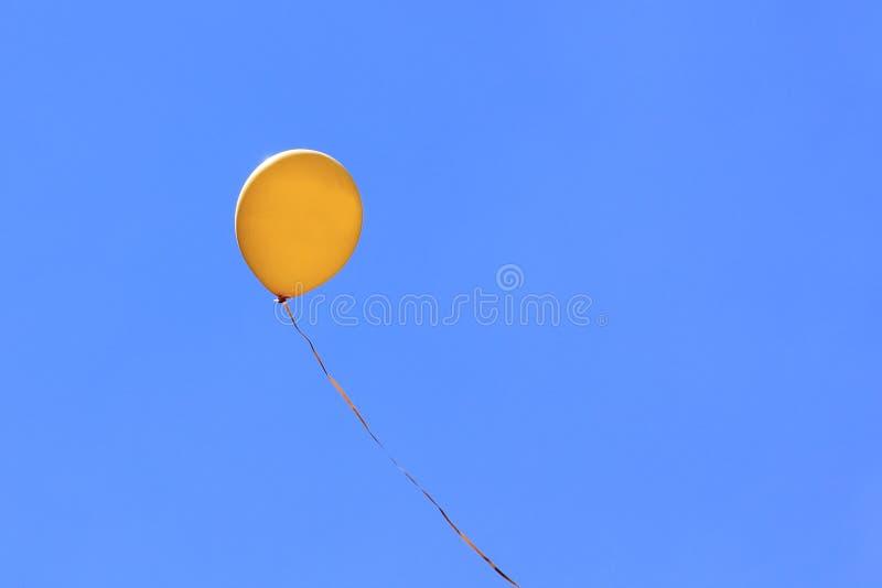 Воздушный шар в голубом небе стоковое изображение