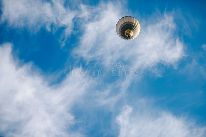 Воздушный шар в полете стоковое фото rf