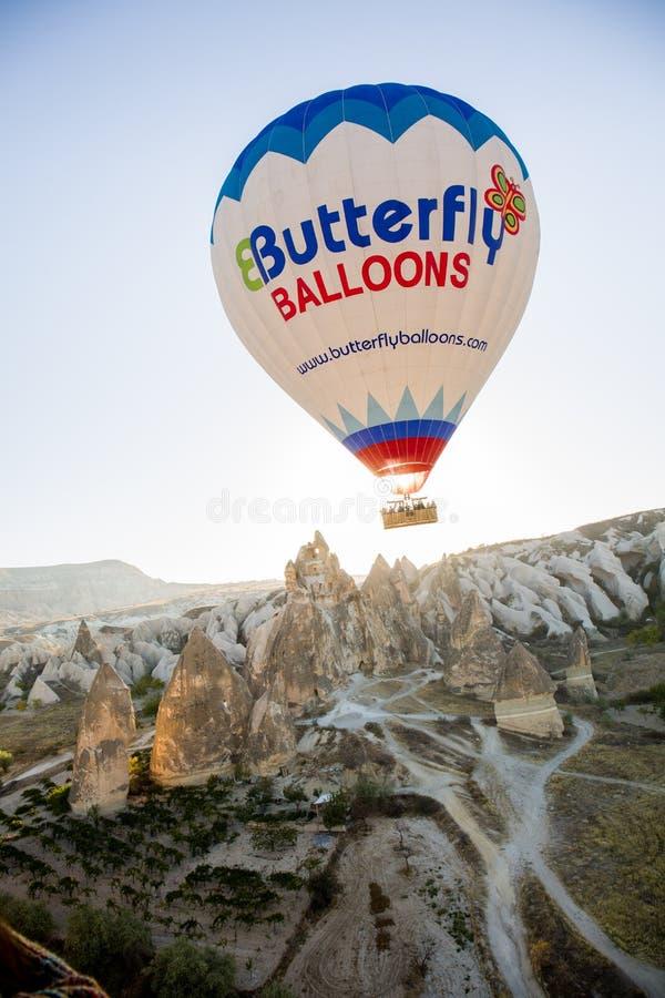 Download воздушный шар летая горячий восход солнца Редакционное Стоковое Фото - изображение насчитывающей природа, геология: 81815218