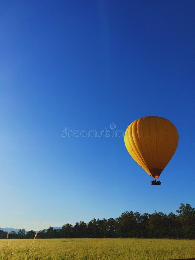 Воздушный шар против ясного голубого неба стоковые изображения rf