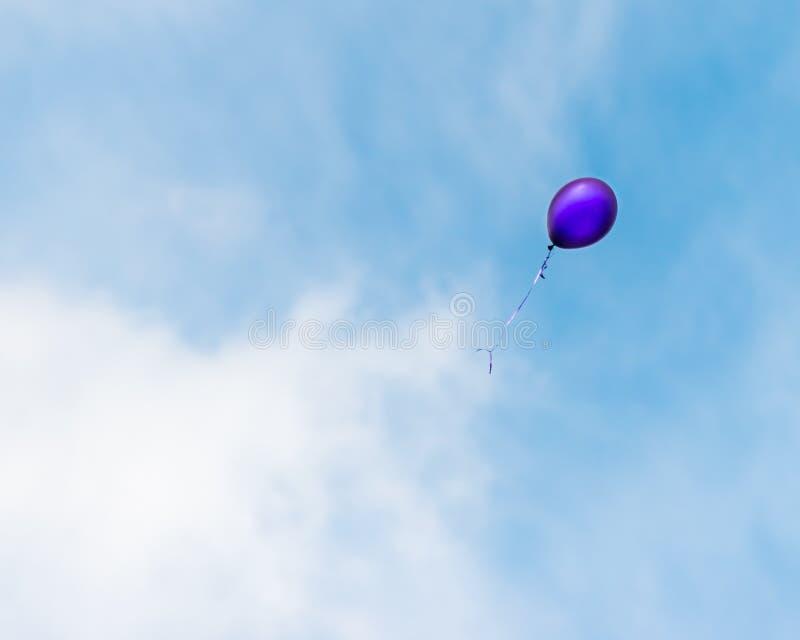 Воздушный шар плавая прочь стоковые фотографии rf