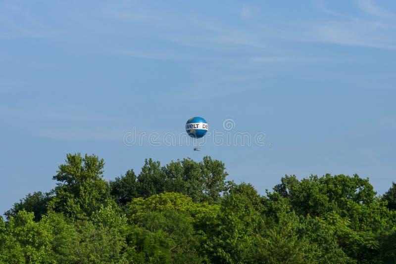 Воздушный шар с туристами над парком города Tiergarten в центре Берлина стоковое фото rf