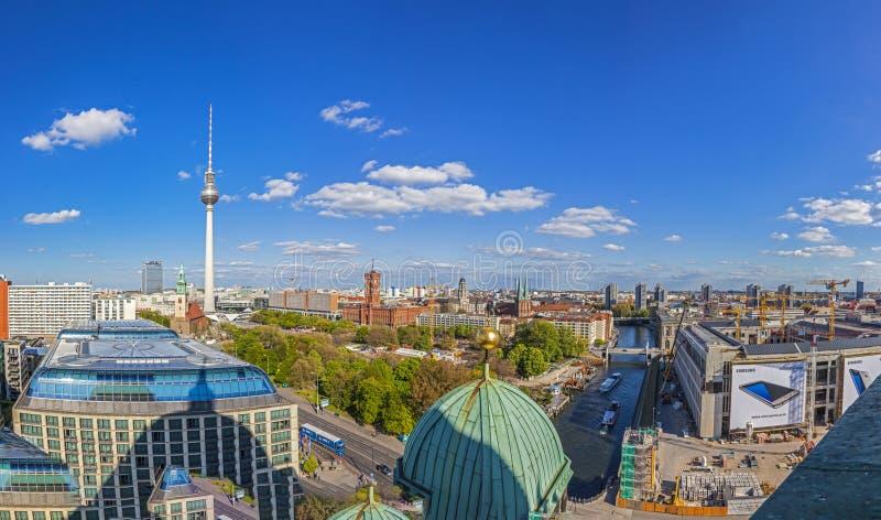 Воздушный широкоформатный взгляд горизонта Берлина с известной башней ТВ на стоковое фото rf