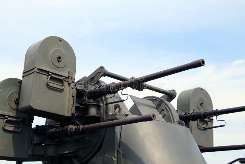 Воинская тележка с смертельным пулеметом на крыше стоковые фотографии rf