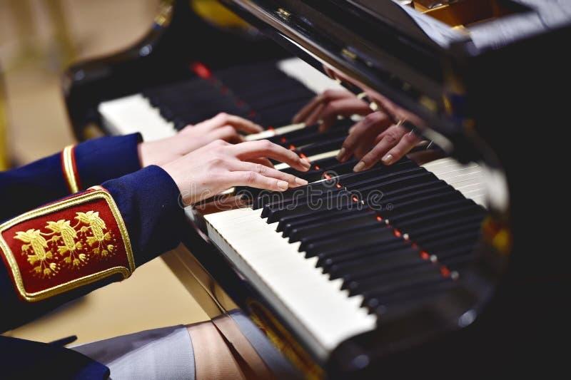Воинская форма оркестра во время концерта стоковое изображение