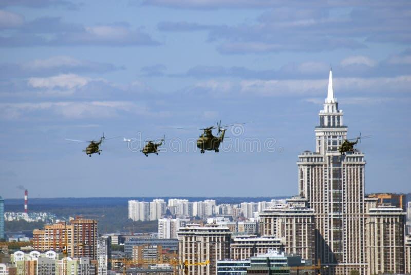 Воинские вертолеты в небе Панорама города Москвы стоковые фотографии rf