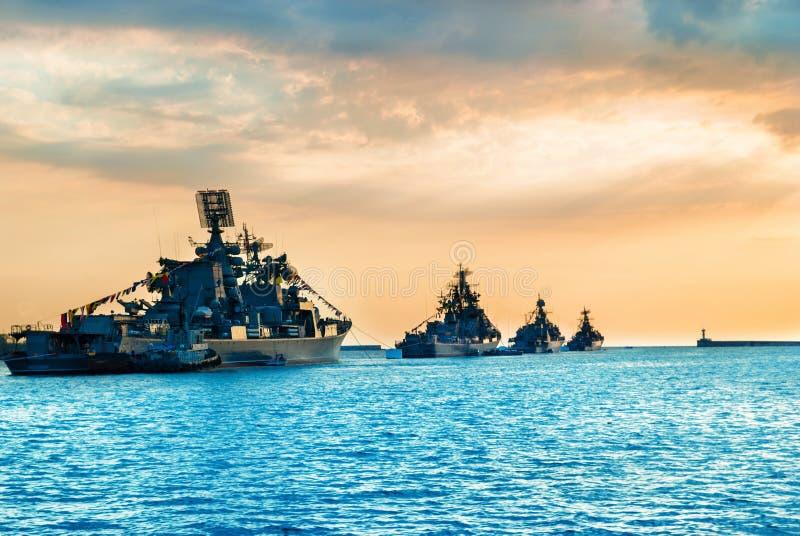 Воинские военные корабли в заливе моря стоковые фото