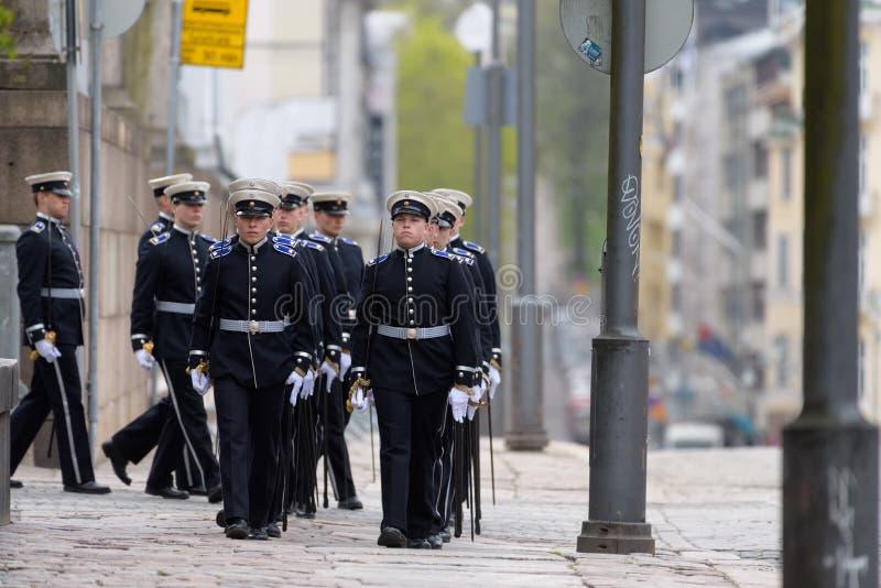 Воинские кадеты проходя парадом перед похоронными услугами последнего финского президента Mauno Koivisto на соборе Хельсинки стоковые фото