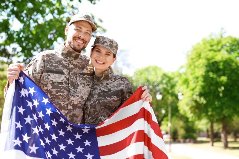 Воинские пары с американским флагом стоковая фотография