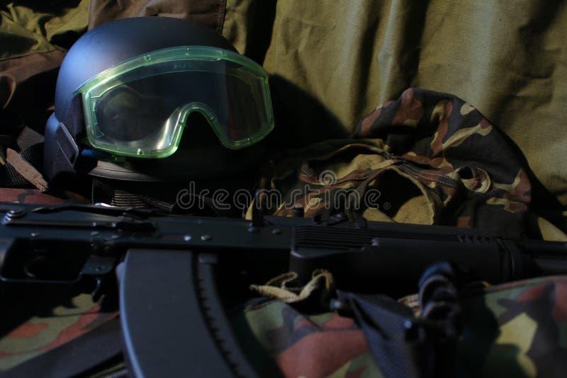 Воинские пулемет, шлем и изумлённые взгляды стоковое фото rf