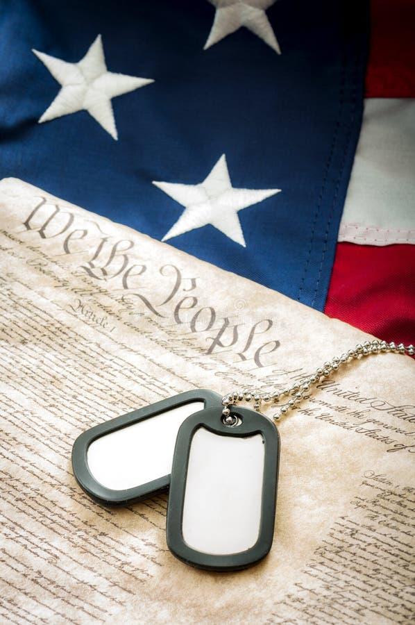 Воинские регистрационные номера собаки, конституция США и американский флаг стоковое изображение rf
