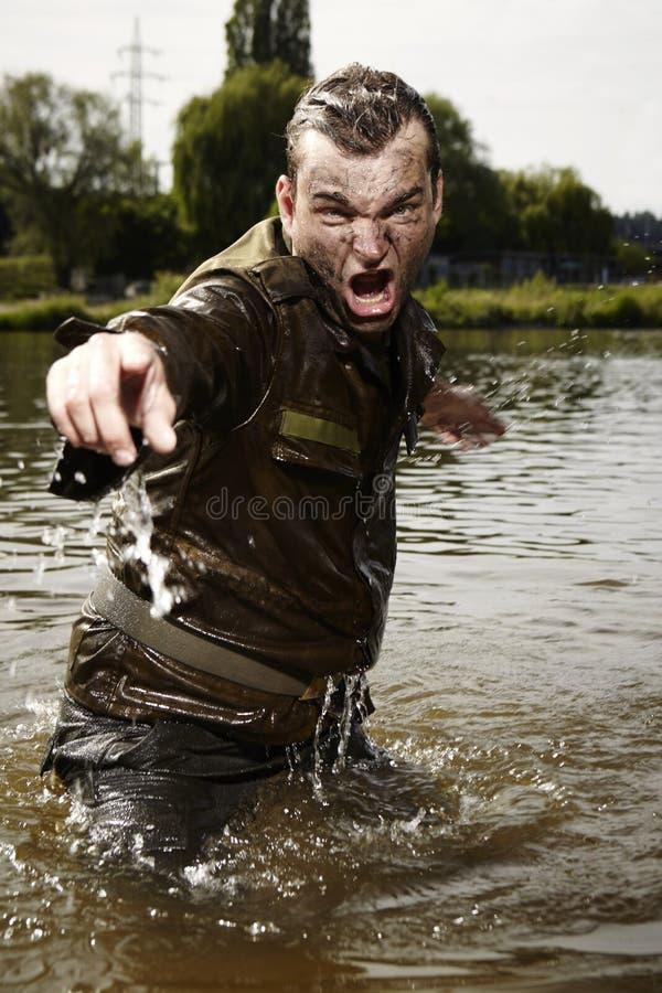 Воинский боец в речной воде стоковые изображения