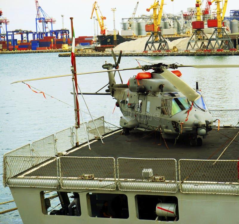 Воинский вертолет, на корабле стоковое фото