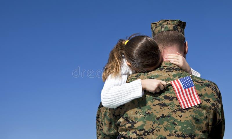Воинский воссоединенные отец и дочь стоковые изображения rf