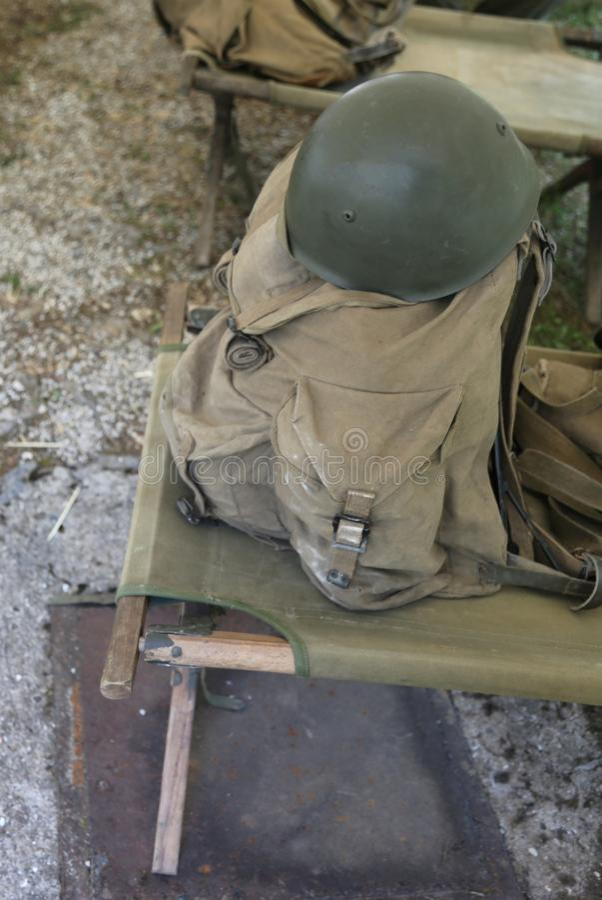 Воинский рюкзак и шлем в казармы солдат от th стоковое изображение rf