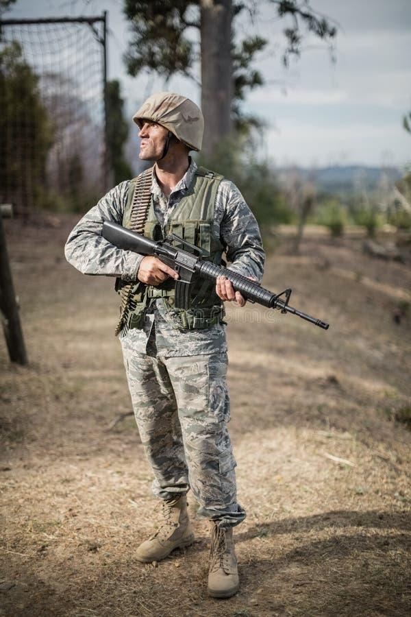 Воинский солдат во время учебного упражнени с оружием стоковая фотография