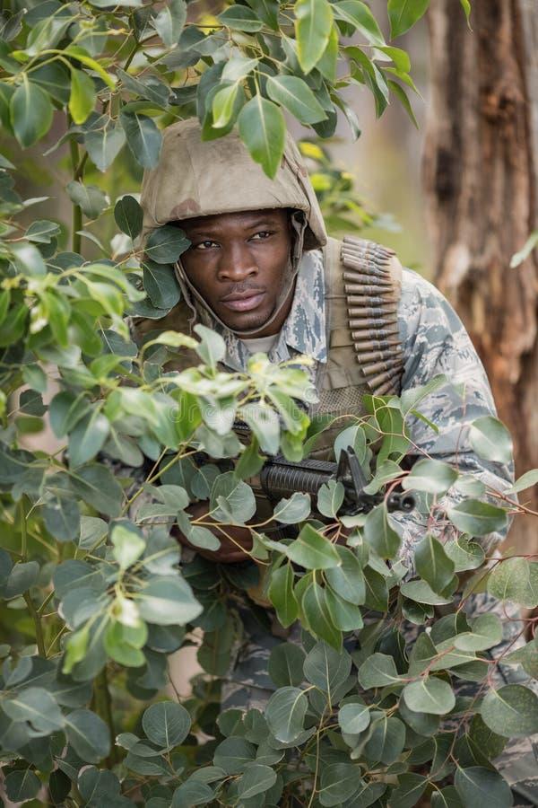 Воинский солдат защищая с винтовкой стоковые изображения