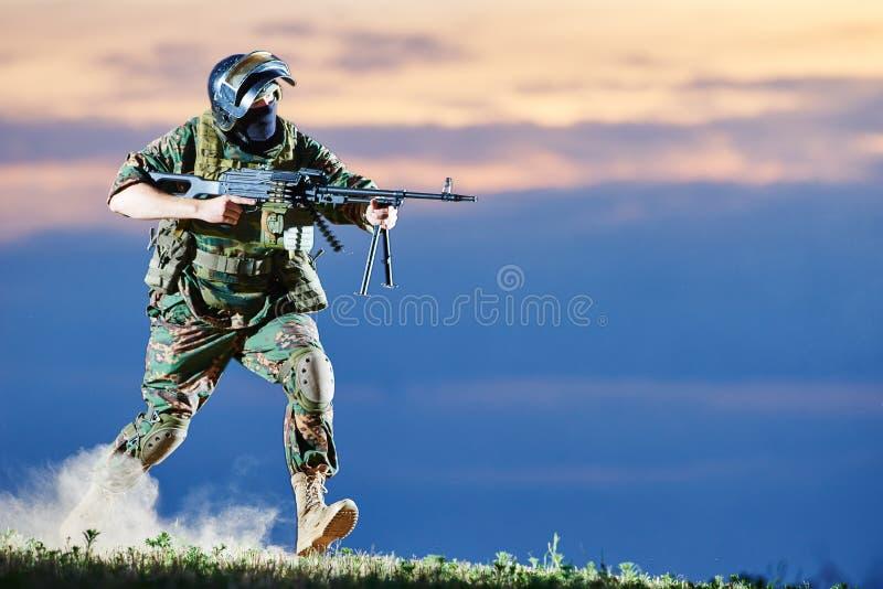 Воинский солдат с пулеметом стоковое изображение rf
