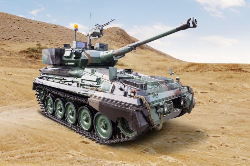 Воинский танк в поле стоковые изображения rf