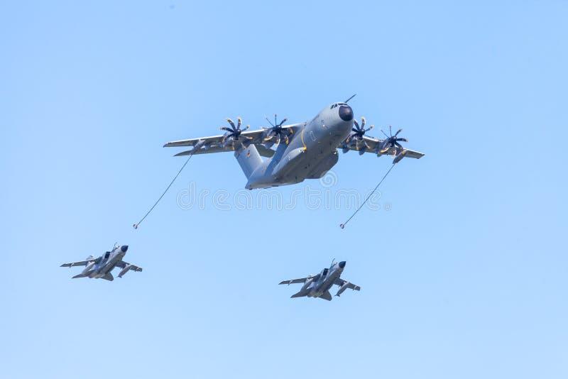 Воинский 400 m транспортный самолет аэробуса a летает с 2 боевыми самолетами торнадо Panavia multirole стоковое фото