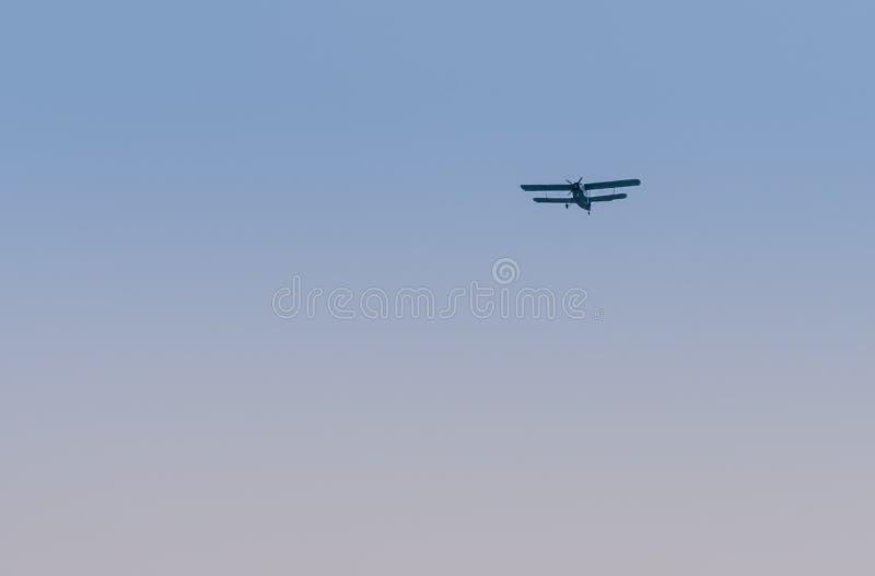 Воинское летание самолет-биплана в ясном голубом небе стоковые фотографии rf