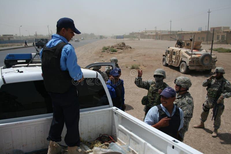 воины полиций iaqi контрольного пункта проверки армии мы стоковые фото