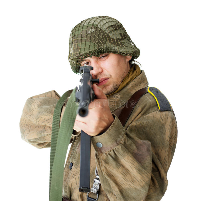 Воин снимает пушку submachine изолированную на белизне стоковая фотография rf