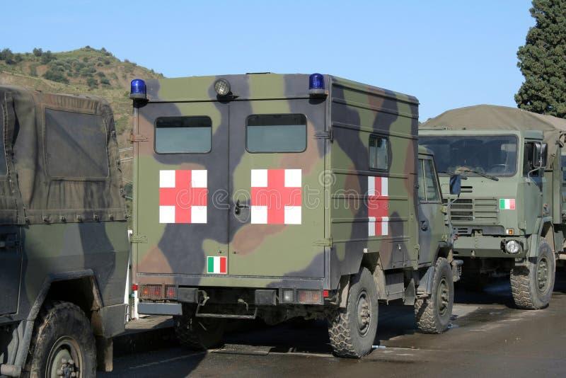 воиска машины скорой помощи перевозят на грузовиках стоковое изображение