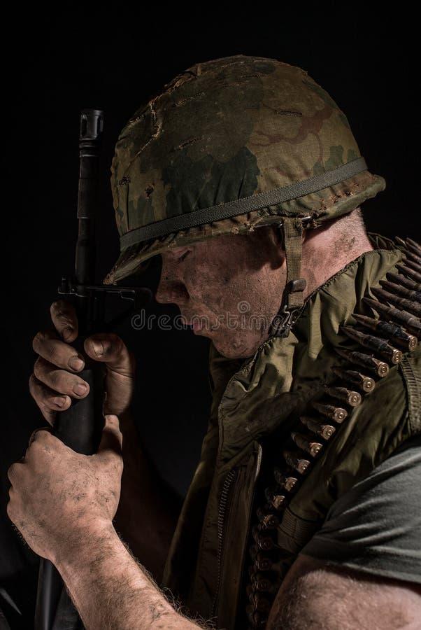 Война США против Демократической Республики Вьетнам США морское держа M16 стоковая фотография
