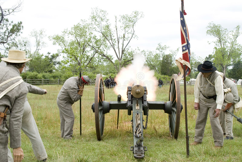 война reenactment canon взрыва гражданское стоковое фото rf