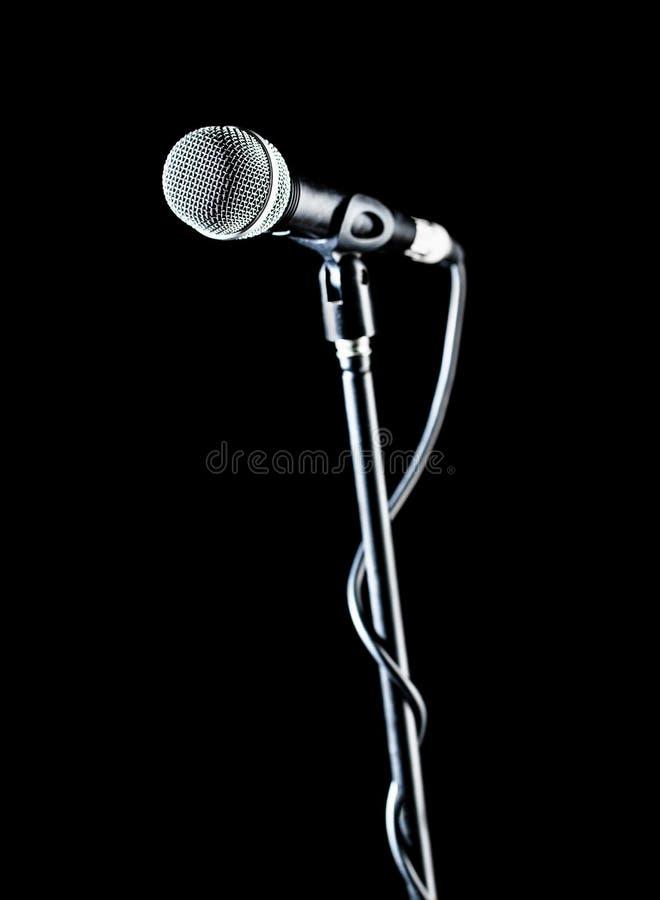 Вокальный аудио mic на предпосылке bleck Звуковое оборудование Концерт караоке, поет звук Певица в караоке, микрофоны стоковое фото rf