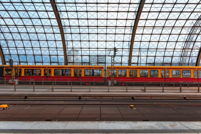 Вокзал Германия 31-8-2018 hbf Берлина Взгляд стеклянной крыши станции с поездом припаркованным в конце В foregrou стоковое изображение