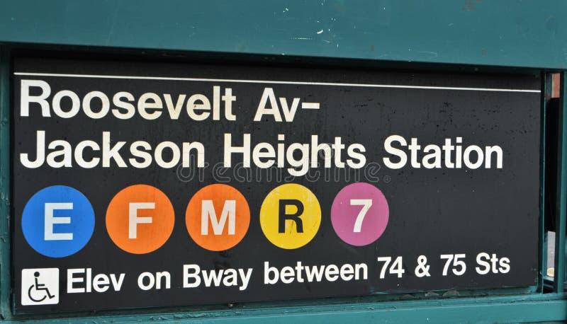 Вокзал MTA знака метро ферзей Нью-Йорка Jackson Heights стоковые фотографии rf