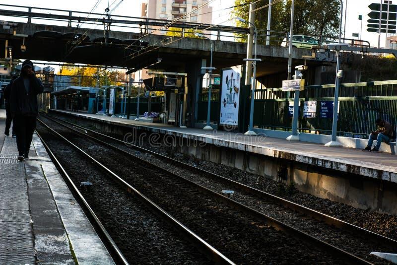 Вокзал при некоторые люди ждать на зоре стоковое изображение rf