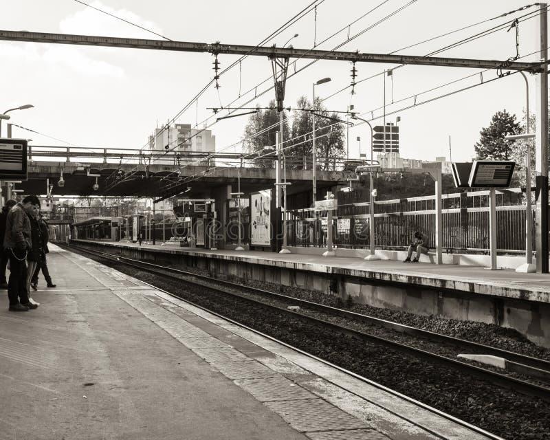 Вокзал с ждать несколько людей стоковые изображения