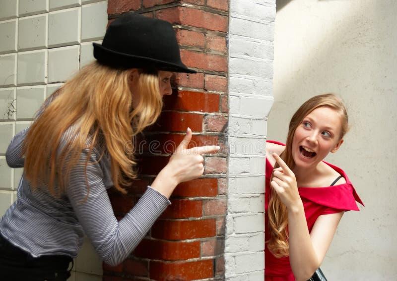 вокруг девушок peeking 2 w стоковое фото rf