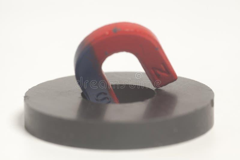 Вокруг и подковообразные магниты стоковое фото rf