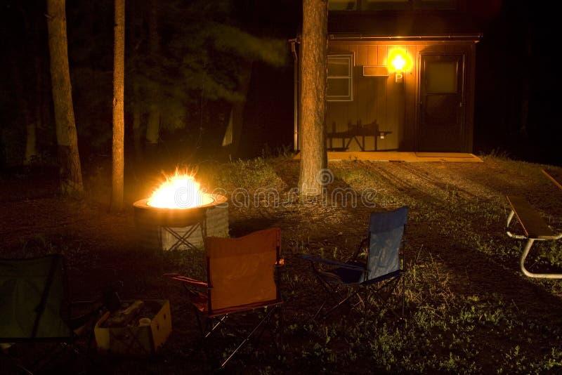 вокруг комплекта ямы пожара стулов стоковая фотография rf