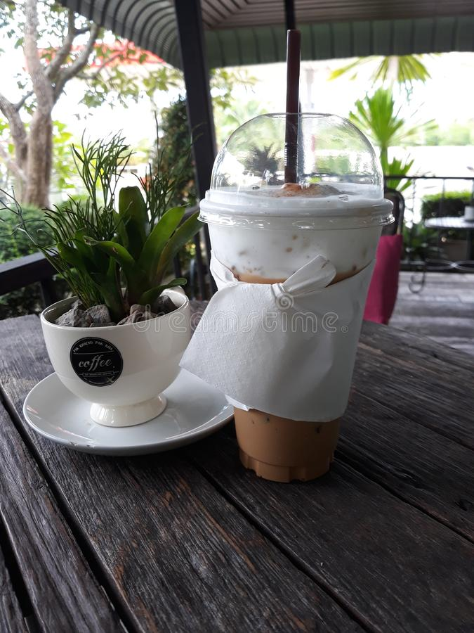 вокруг магазина кофейных чашек фасолей свежего стоковая фотография