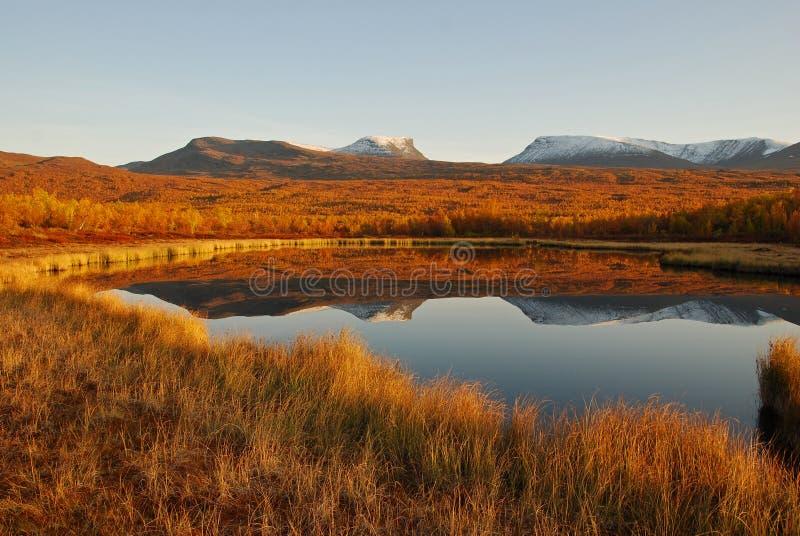 вокруг пейзажа озера осени стоковые изображения rf