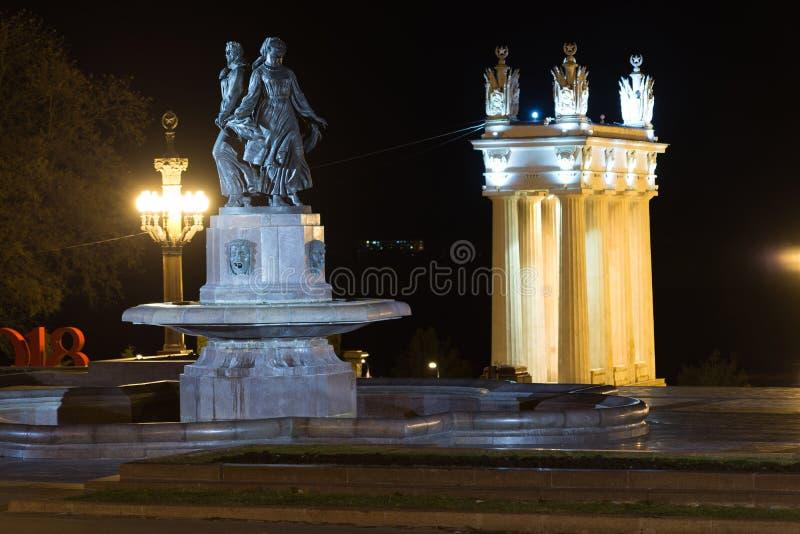 Волгоград, Россия - 1-ое ноября 2016 Искусство и колоннада фонтана на центральном обваловке стоковые фотографии rf