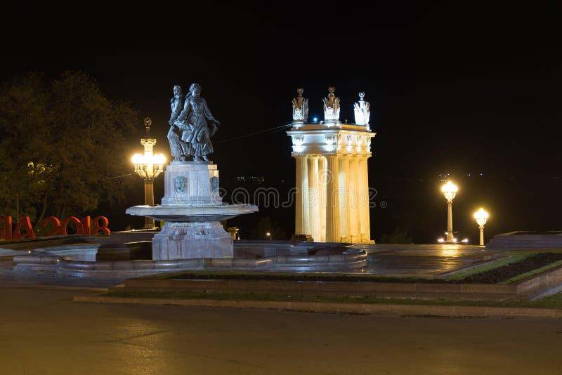 Волгоград, Россия - 1-ое ноября 2016 Искусство и колоннада фонтана на центральном обваловке стоковое изображение