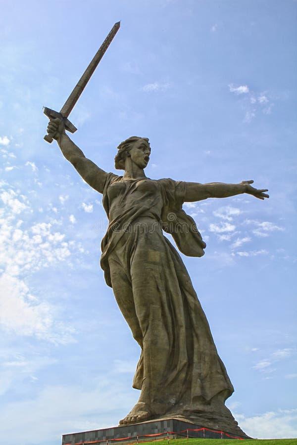 ВОЛГОГРАД, РОССИЯ - 3-ье мая 2017: Родина вызывает статую стоковое фото