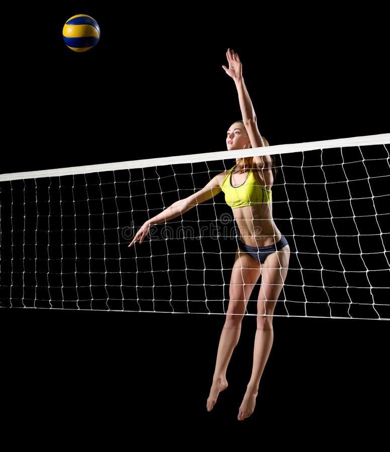 Волейболист пляжа женщины с версией сети и шарика стоковое изображение rf