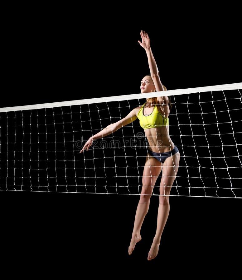 Волейболист пляжа женщины с сетчатой версией стоковое изображение rf