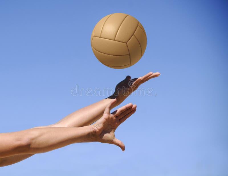 Волейболист пляжа, играя лето Женщина с шариком Woma стоковые изображения rf