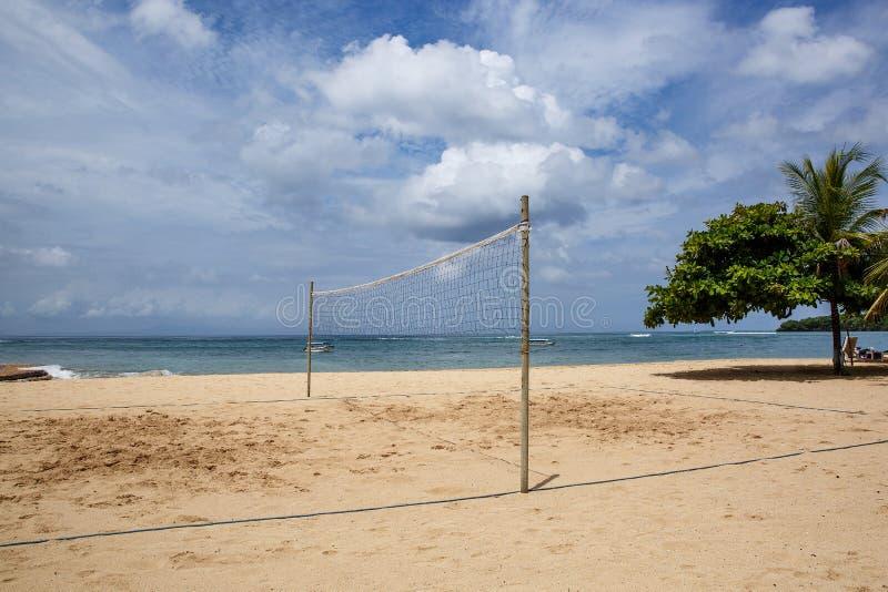 Волейбольный двор Песок и сетка на океане стоковое фото