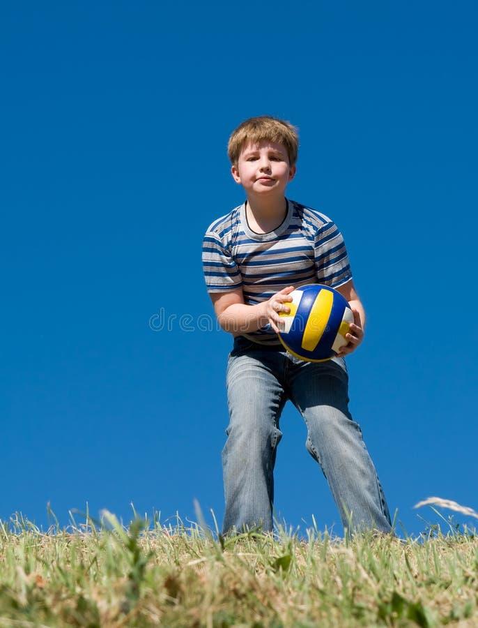 волейбол мальчика шарика стоковые фотографии rf