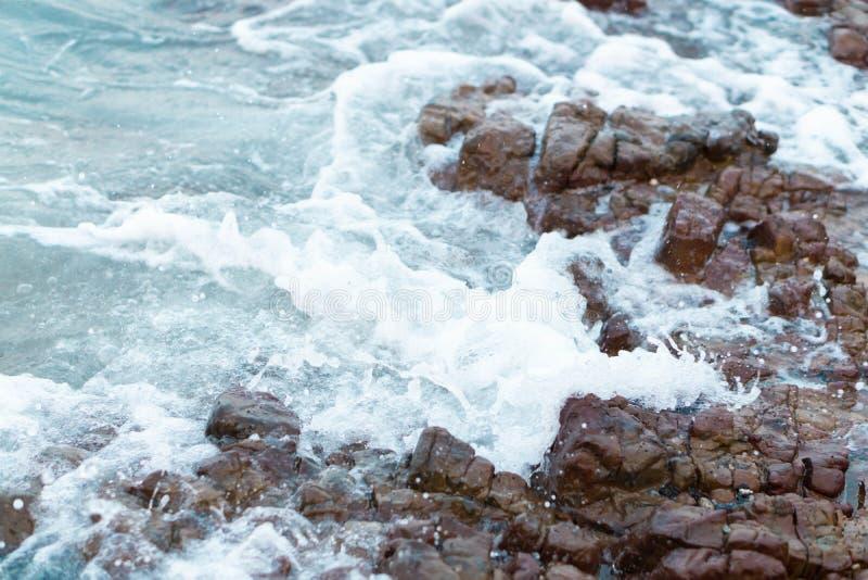 Волна моря ломая со скалистым пляжем, праздником и ослабить концепцию времени, выборочный фокус стоковые изображения