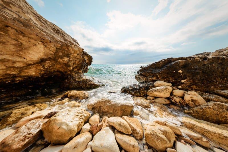 Волна моря на скалистом береге стоковая фотография rf